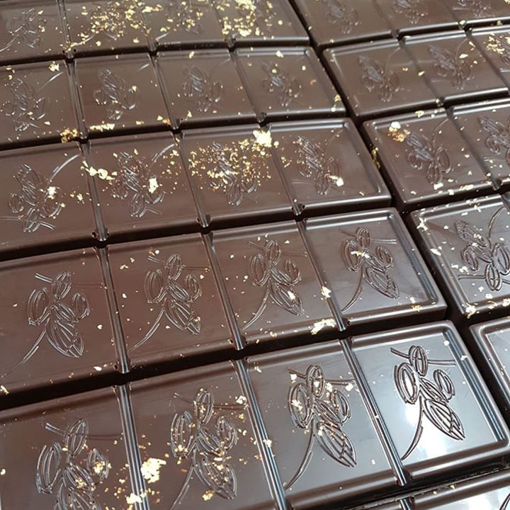 Chocolaterie L'Or-Fève®: tablettes de chocolat fourrées praliné craquant